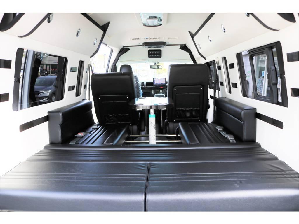 後部は、横乗りシートを採用する事で就寝スペースを確保してます。