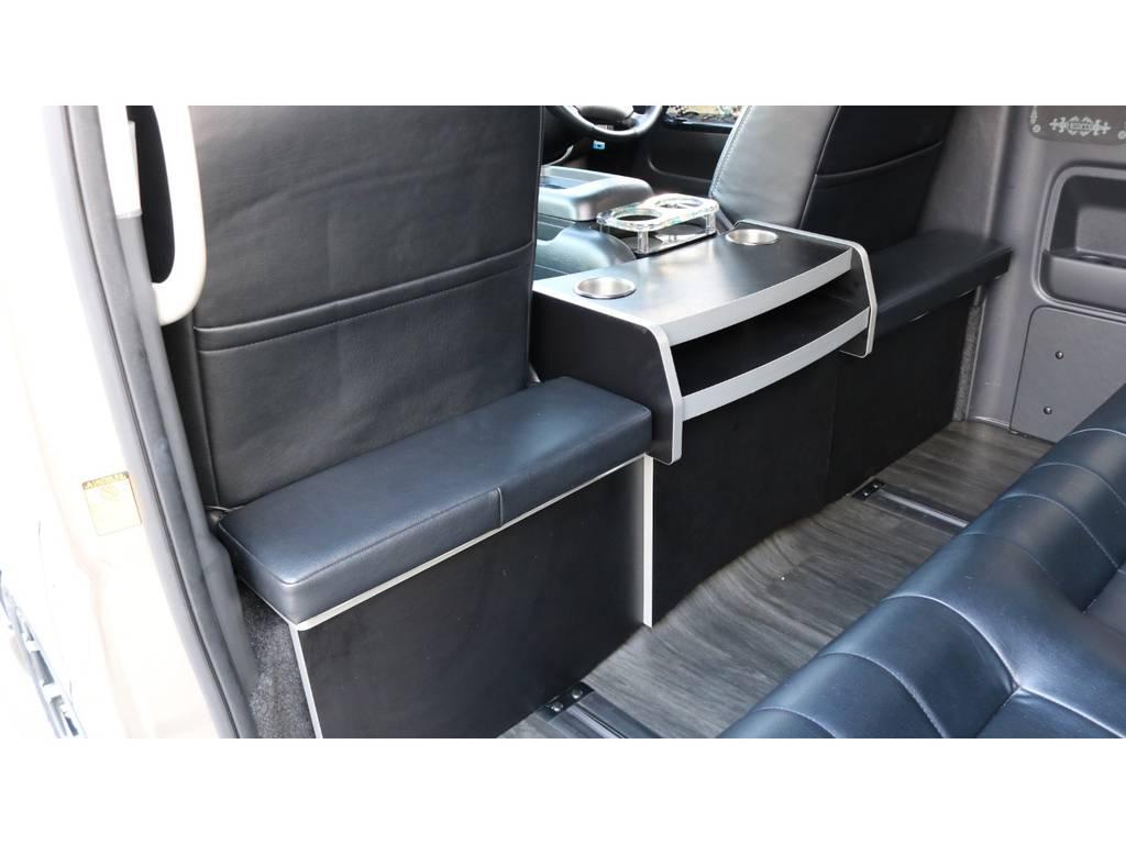 セカンドテーブル完備! | トヨタ ハイエース 2.7 グランドキャビン 3列シート8人乗りキャンピング