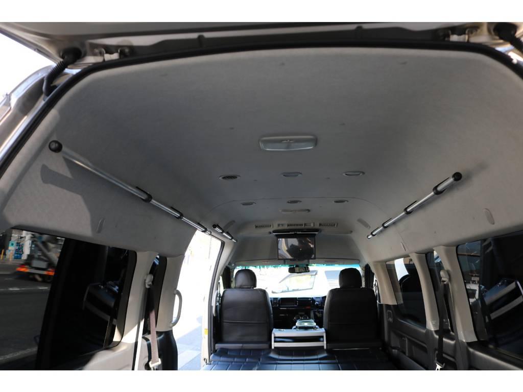 天井には両サイドハンガーレール付いてます! | トヨタ ハイエース 2.7 グランドキャビン 3列シート8人乗りキャンピング