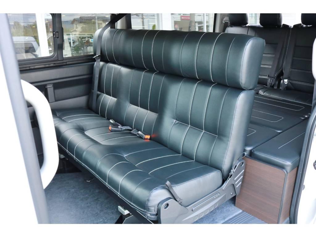 REVOシート成形タイプの3人掛けベンチシートが2列目に装着されております!