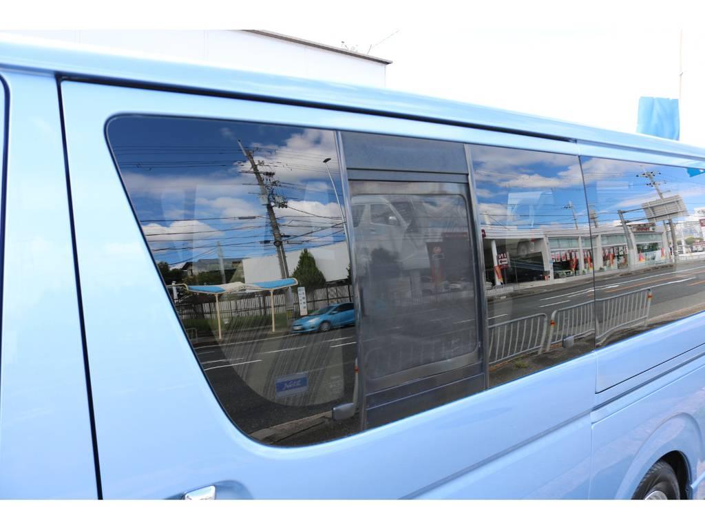 左右スライドドアガラスは嬉しい小窓付き!
