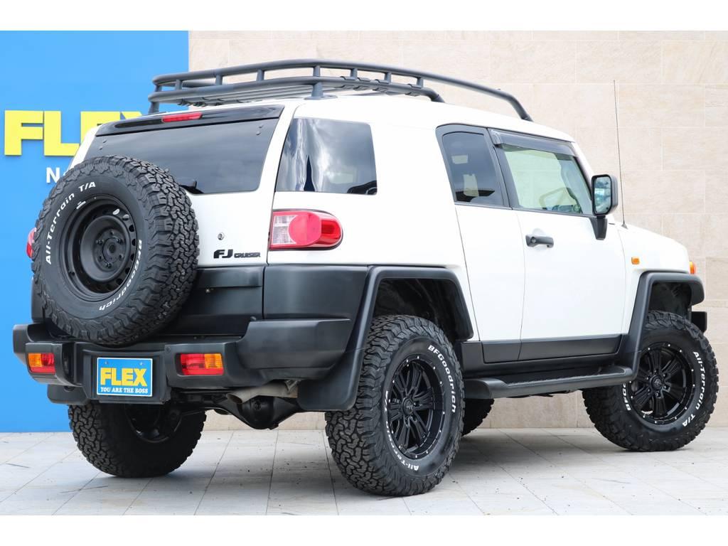背面タイヤも足元と同サイズの285ATタイヤを装備しております! | トヨタ FJクルーザー 4.0 カラーパッケージ 4WD