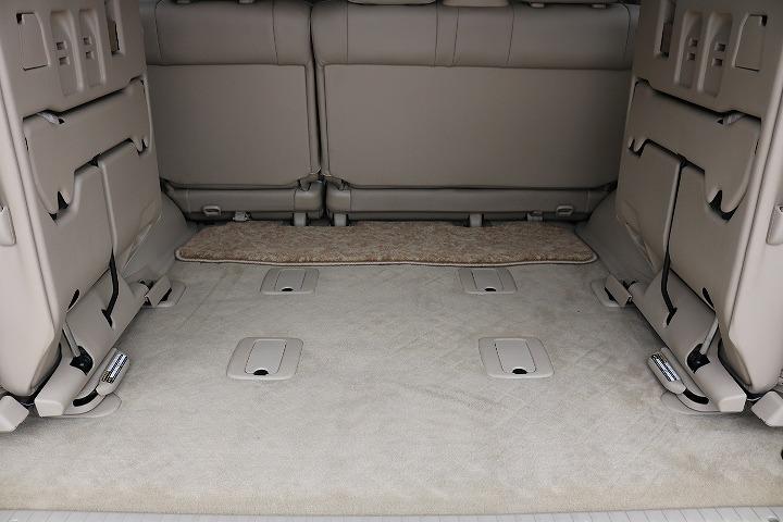 3列目シートは跳ね上げ式となりますので荷室も確保できます!