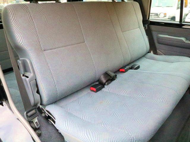 セカンドシートには、チャイルドシートも取付け可能です☆シートアレンジで荷物をたくさん積むこともできます☆   トヨタ ランドクルーザー70 4.0 4WD 再販モデル NEWペイント202ブラック