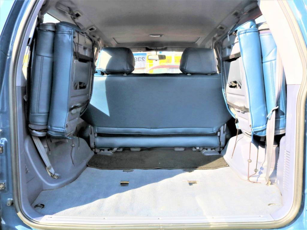 ラゲッジスペースは広々としており荷物もたくさん載せられますね! | トヨタ ランドクルーザープラド 3.0 TZ ディーゼルターボ 4WD クラシックコンプリート