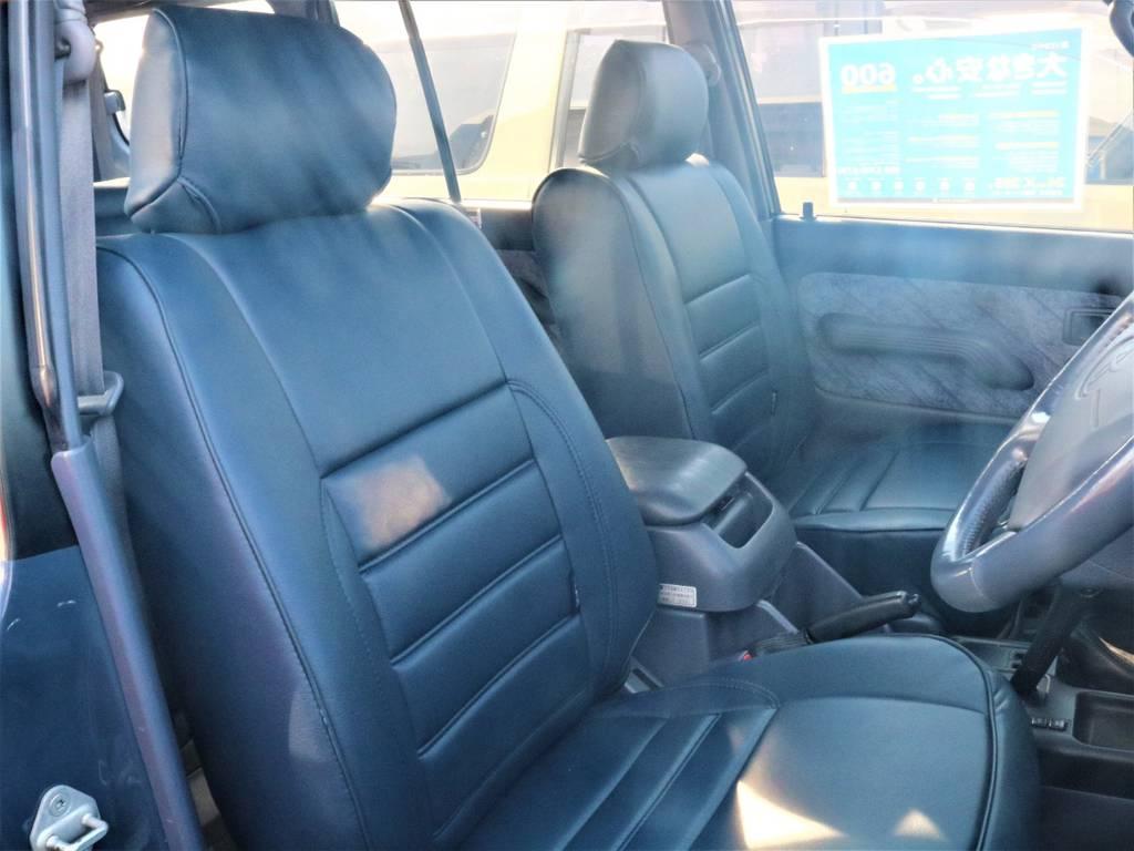 フロントシートのダメージは少ない1台でございます。