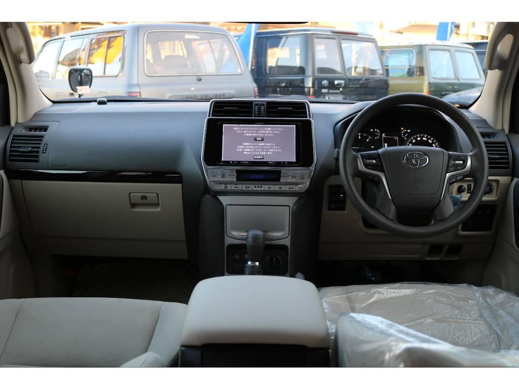 内装色ベージュで車内がとても明るく感じられます。 | トヨタ ランドクルーザープラド 2.8 TX ディーゼルターボ 4WD 5人