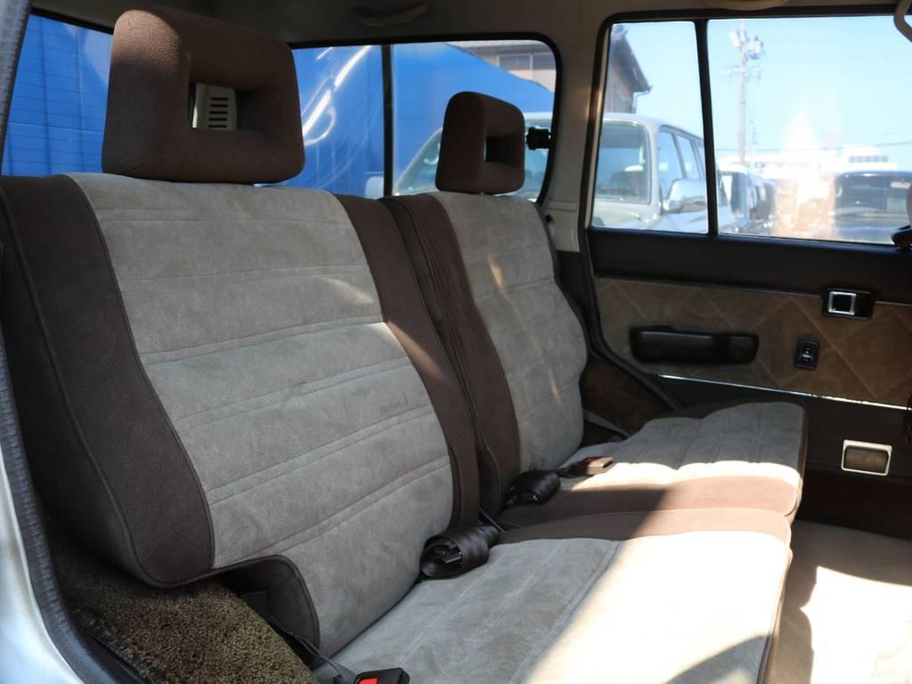 私個人的にはふかふかに感じるセカンドシート! | トヨタ ランドクルーザー60 4.0 VX ハイルーフ 4WD フルオリジナル 角目四灯