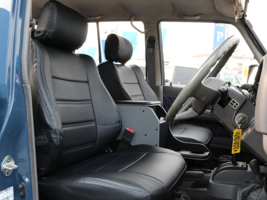 ブラック色、シートカバー装着! | トヨタ ランドクルーザープラド 3.0 SXワイド ディーゼルターボ 4WD 2インチアップ