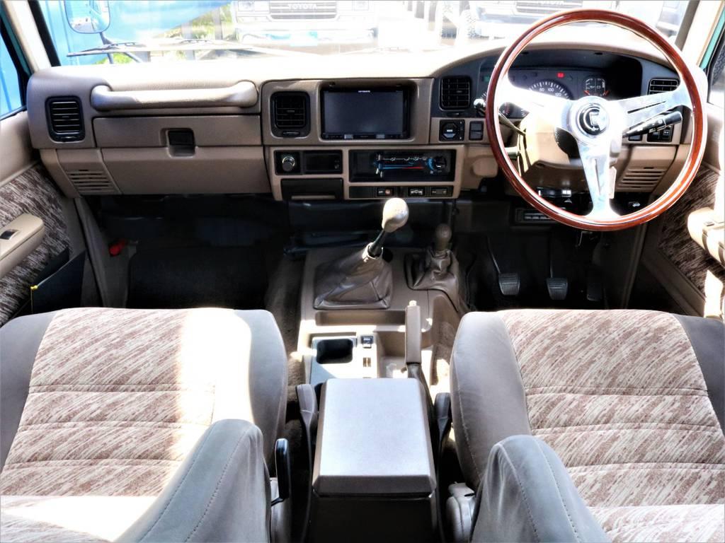 茶内装にナルディのウッドハンドルでクラシック感が更に増します。   トヨタ ランドクルーザープラド 3.0 SX ディーゼルターボ 4WD