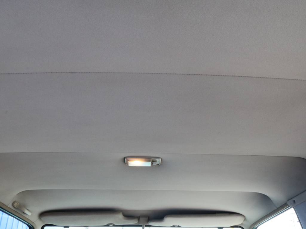 天井のカラーで印象がガラリと変わります。車内を明るく包み込んでくれます。   トヨタ ランドクルーザープラド 3.0 SX ディーゼルターボ 4WD