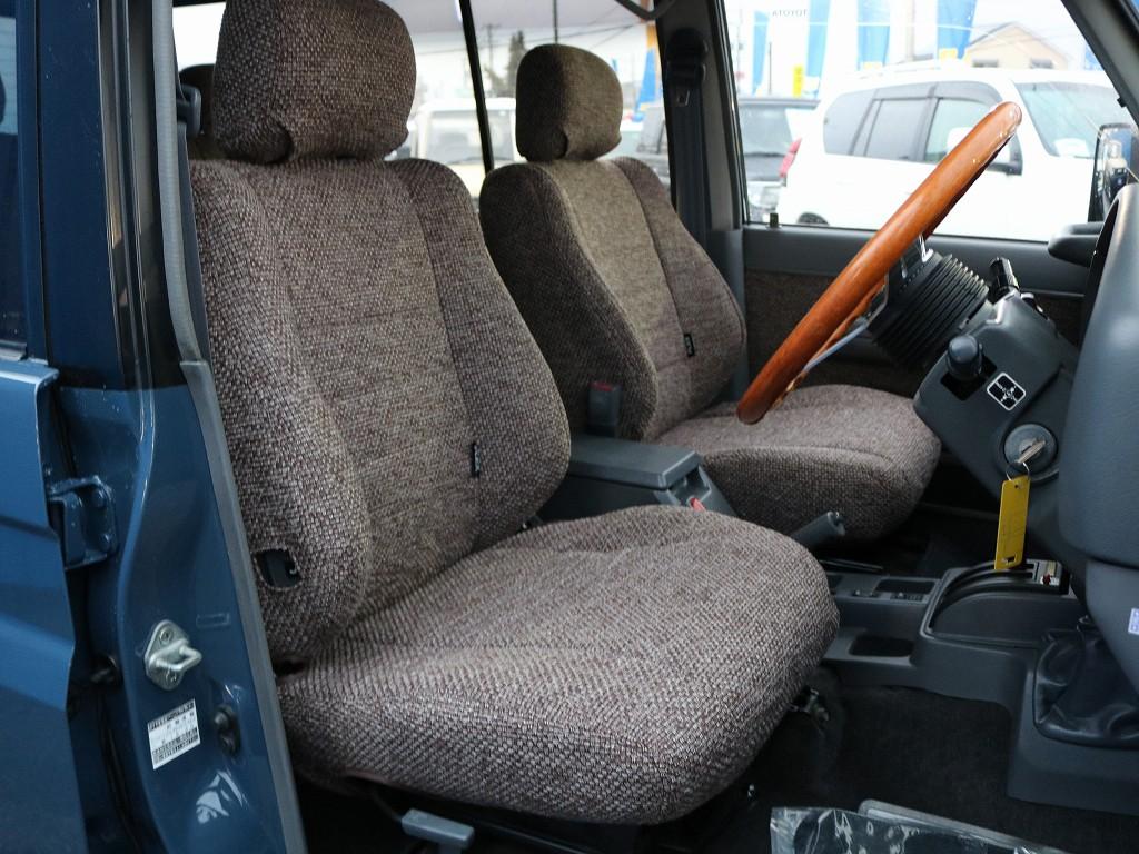 アルルブルーのお色に合わせて選んだシートカバー&内張張替えです。なかなかの仕上がりです。