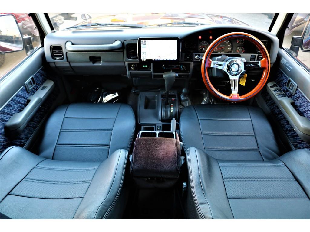 昔ながらの車内になります。現代の車はオートエアコンだったり、スイッチいっぱいがありますが、78プラドはそいった部分も良い味を出してますよね?(笑)