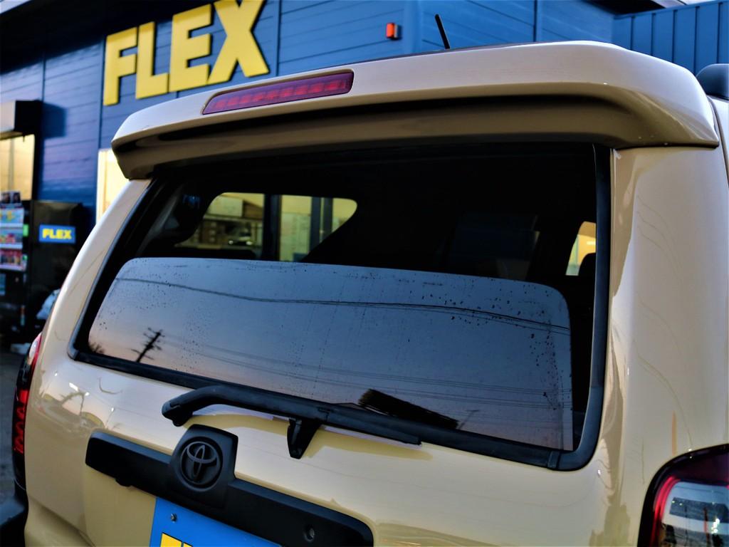 215サーフの1番の特徴でもある、リアガラスが電動で開閉可能です!狭いスペースで荷物を取る時に便利ですし、空気の入れ替えをする時に開けると楽しいですよ(笑)
