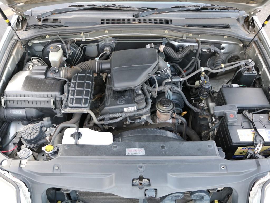 2700ccガソリンエンジンになります。タイミングチェーン式になるので、10万キロに一回交換が必要なタイミングベルトではないので、面倒な交換などはないエンジンになります!!