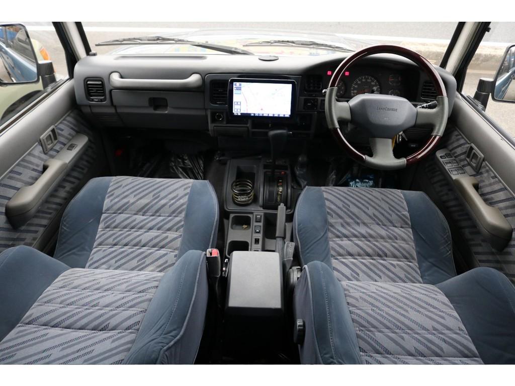 古臭いこの感じが良い味を出してます。運転席や助手席はお車の中でも一番こだわって良い場所だと思います。レカロシートを入れたりシートカバーを入れたりと考えるだけでウキウキしますね!