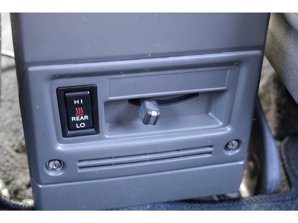寒冷地仕様ではセンターコンソールの下にエアコン調整が出来るスイッチがあります!皆様覚えて下さい(笑)
