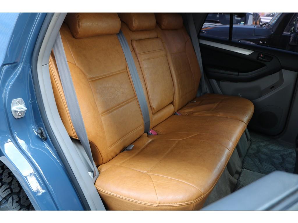 セカンドシートは大人3人がゆったりと座れるシート設計になります★シートに座った状態で、フロントシートとの間には拳2個が入ります♪