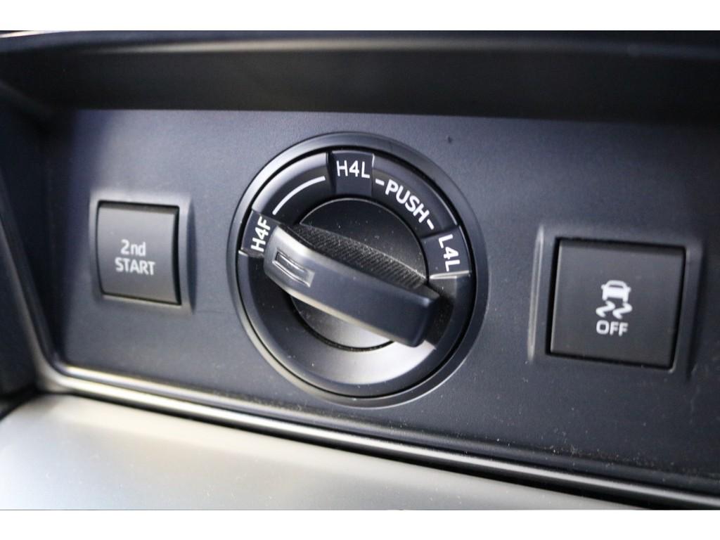 ガソリン車ですと、エアコン下のスイッチが3つだけになります!ディーゼル車ですと、ボタンが6つ程になりますので、ちょっと物足りないかも?(笑)