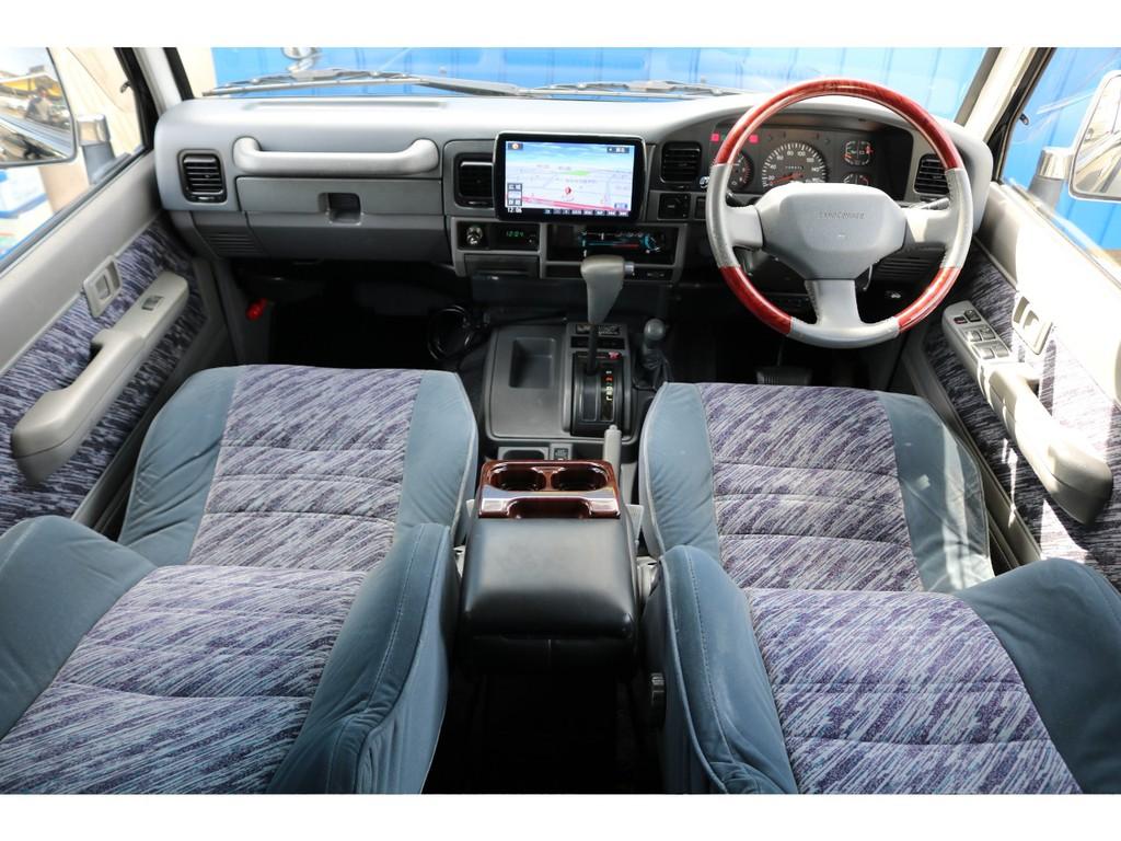 現代の車はオートエアコンや快適運転の為の補助ボタンがいっぱいあります。ですが、78プラドは昔ながらの車内になりますので良い味を出していると思います!!