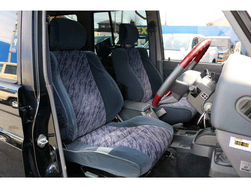 運転席は、車の中でも一番滞在時間が長い特別な場所になると思います。是非、運転席からの目線を体感して下さい。78プラドの良さがわかると思います。