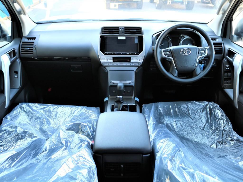 内装には、黒×シルバーを基調とした、大人空間となります。また、ステアリングスイッチとナビを連動しています♪ステアリングでナビ操作が出来ると運転中の脇見運転は少なくなりますね★