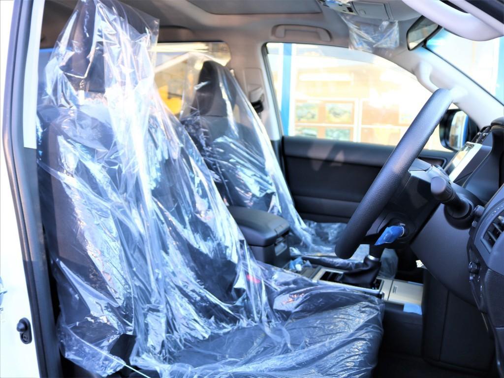 シート素材は、モケット素材となります。モケットシートは本革シートと比べて通気性が良く、夏場の灼熱の車内でも熱くなりにくいのでおススメです♪