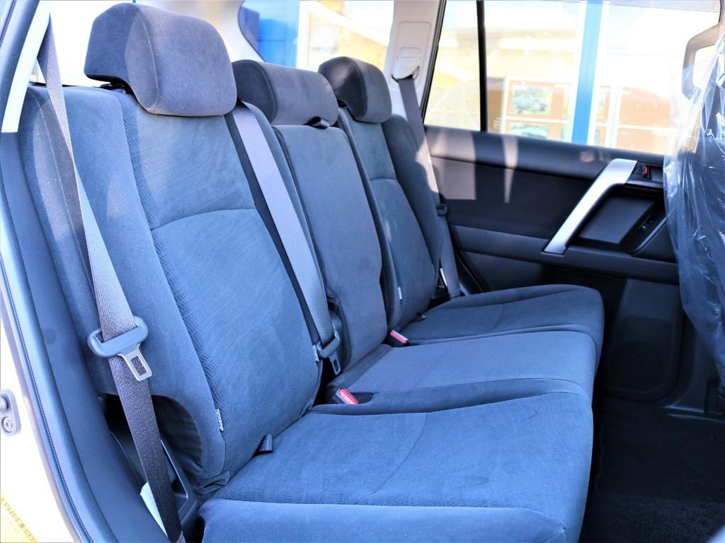 セカンドシートにはチャイルドシートを取り付ける際に必要なISOFIXも付いていますので小さいお子様がいるご家庭でも問題なく乗れます!また、大人三人が乗ってもゆったりとお乗り頂けます。