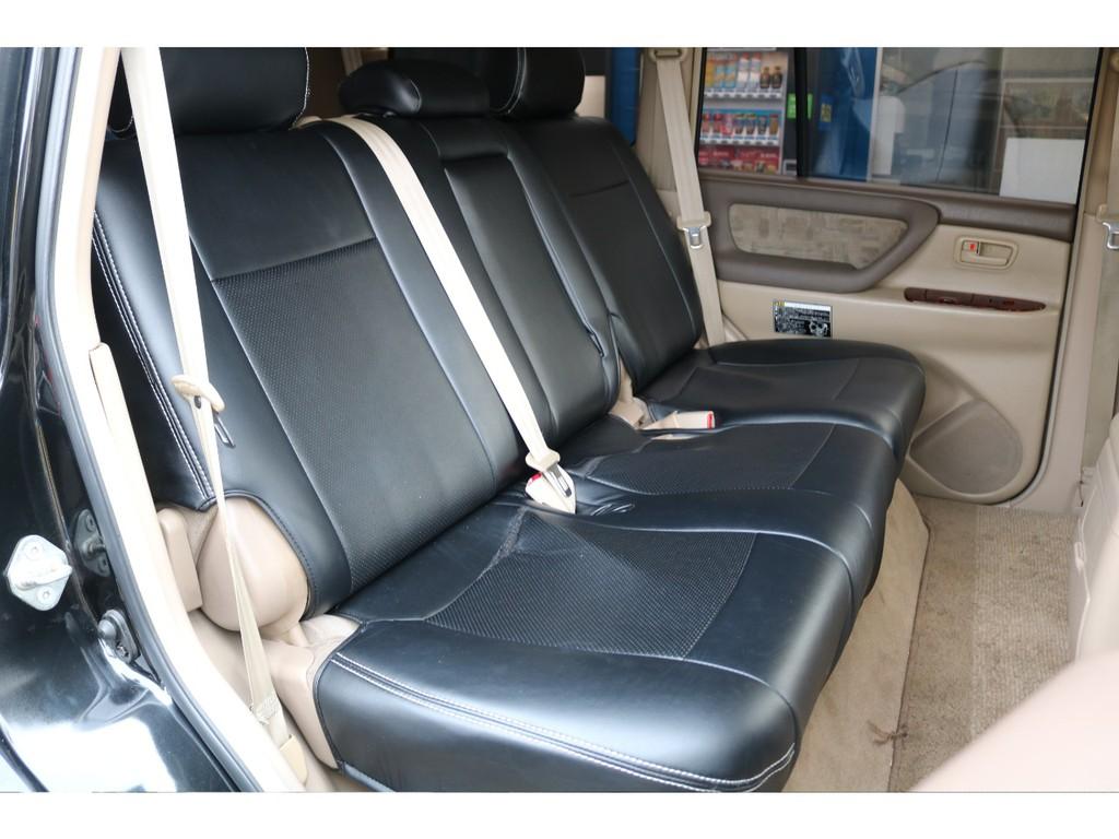 セカンドシートは、大人3人がゆったりと座れるシート設計になります★チャイルドシートも取り付けられます。お子様を連れてオフロードにも行けます!!(笑)奥様に怒られても、責任は取りませんが!(笑)
