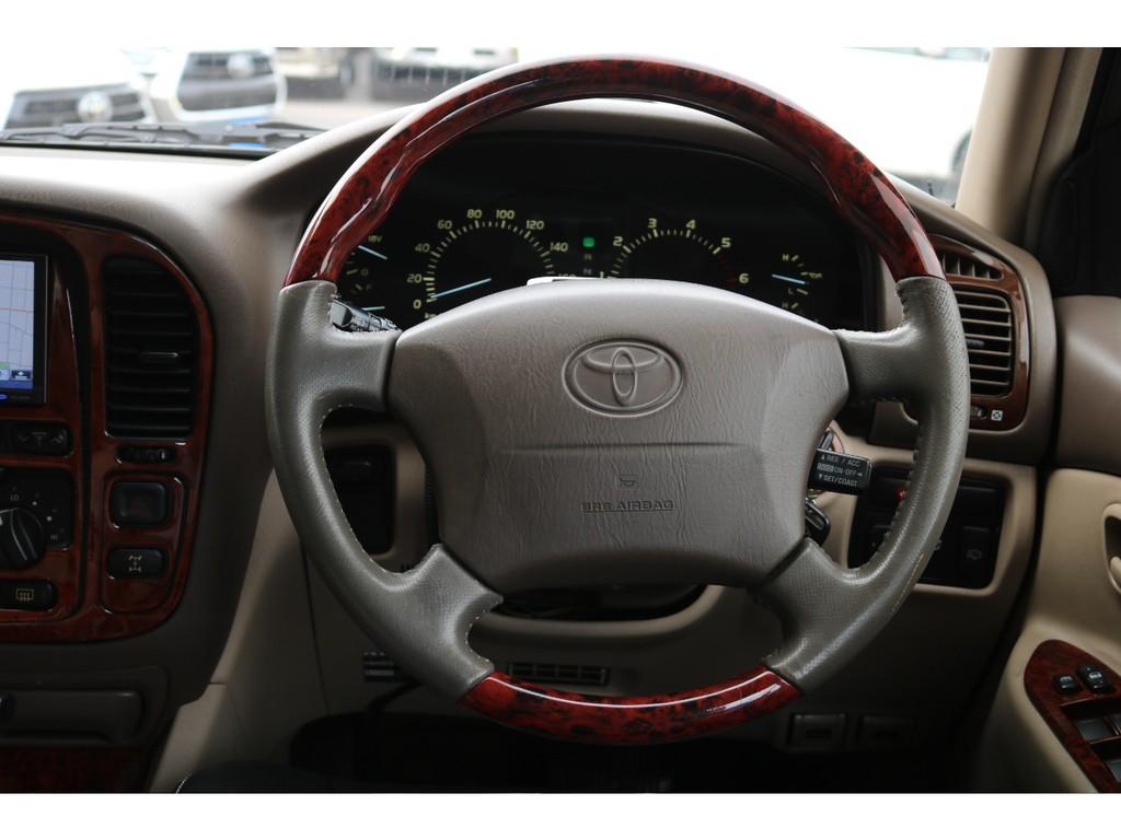 ウッドコンビステアリングをインストール済みです!ランクル100の高級感あふれる車内でも一際目立ちますよね!