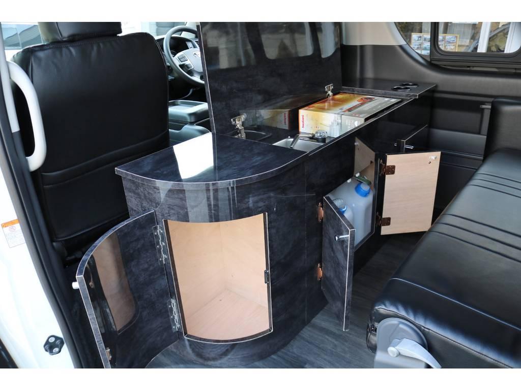 ギャレー下には収納スペースも確保されています! | トヨタ ハイエースコミューター 2.8 GL ディーゼルターボ 8人乗りキャンピング登録