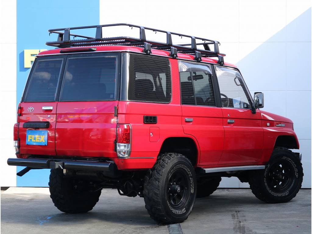 背面タイヤ部分はスムージングにてスッキリとしたリアビュー!!レッドカラーと2色LEDテールのコントラストは素敵なです!!