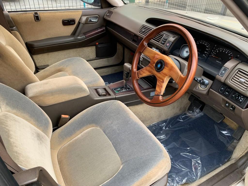 シートは使用感がありますが、アイボリーホワイトのシートカバーもございます。