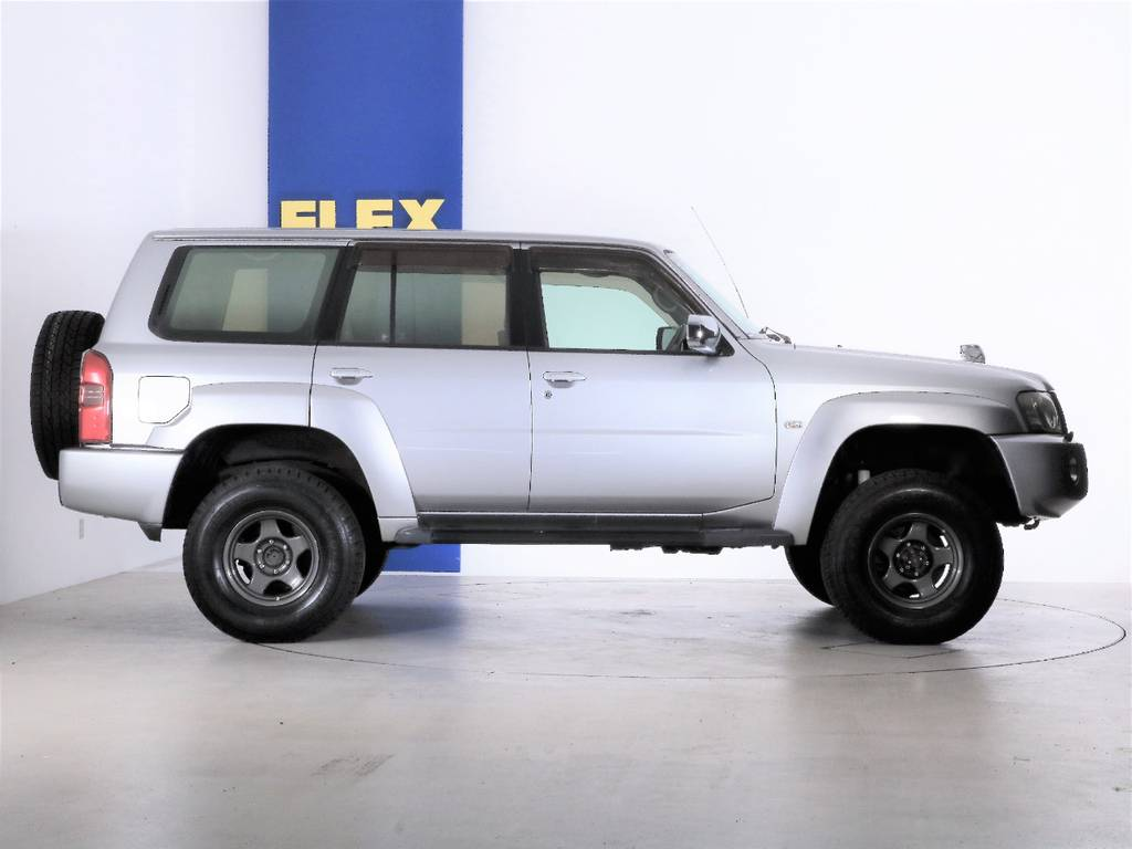 シールバー単色は車の形が一番綺麗に見える色です☆ | 日産 サファリ 4.8 グランロードリミテッド 4WD 3インチUP SDナビ 最終型