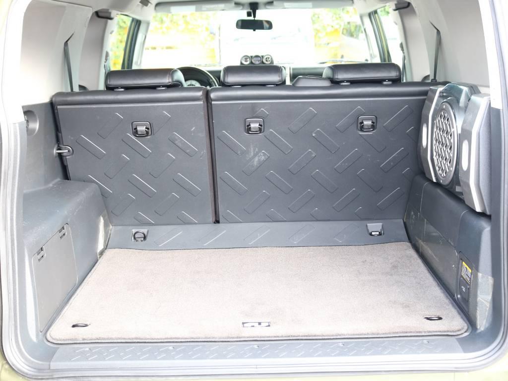 使い勝手の良いラゲッジルーム!全面フロア&デッキ防水カーペットがラバー調素材で掃除も楽々! | 米国トヨタ FJクルーザー  新車並行車 コンプリートカー