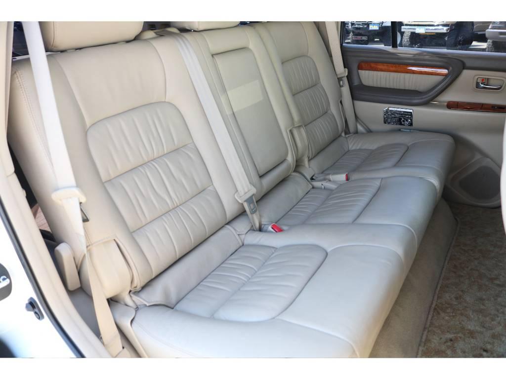広々したセカンドシート!チャイルドシートも装着可能です! | トヨタ ランドクルーザーシグナス 4.7 4WD 最終型 ガナドールマフラー