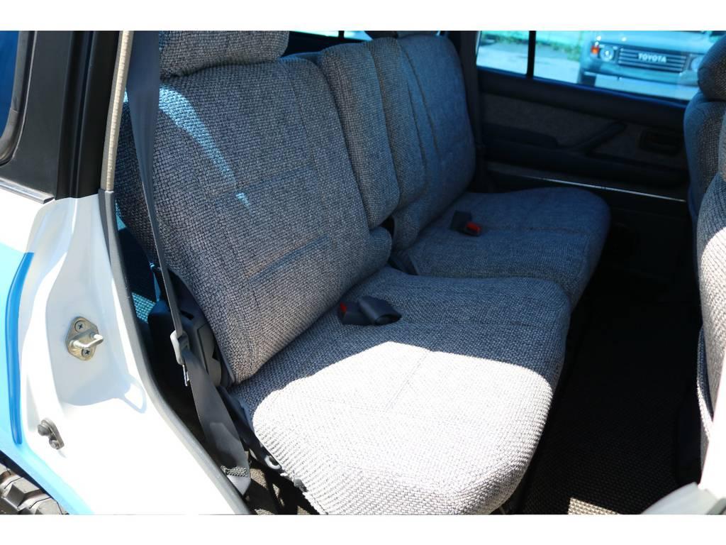 広々したセカンドシート!チャイルドシートもシートベルト固定可能です! | トヨタ ランドクルーザー80 4.5 VX 4WD 86 丸目 コンプリートモデル
