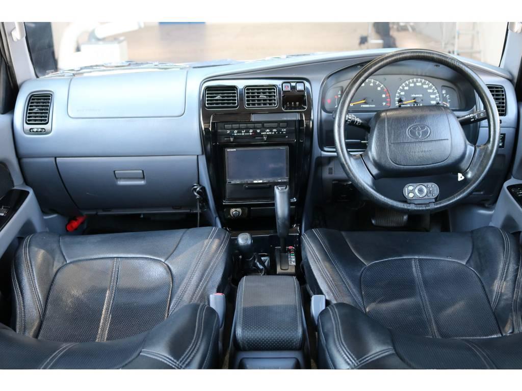 広々したインパネに大きなFガラスで運転視界もグッド! | トヨタ ハイラックスサーフ 2.7 SSR-X ワイドボディ 4WD ニューペイント ペッパーホワイト