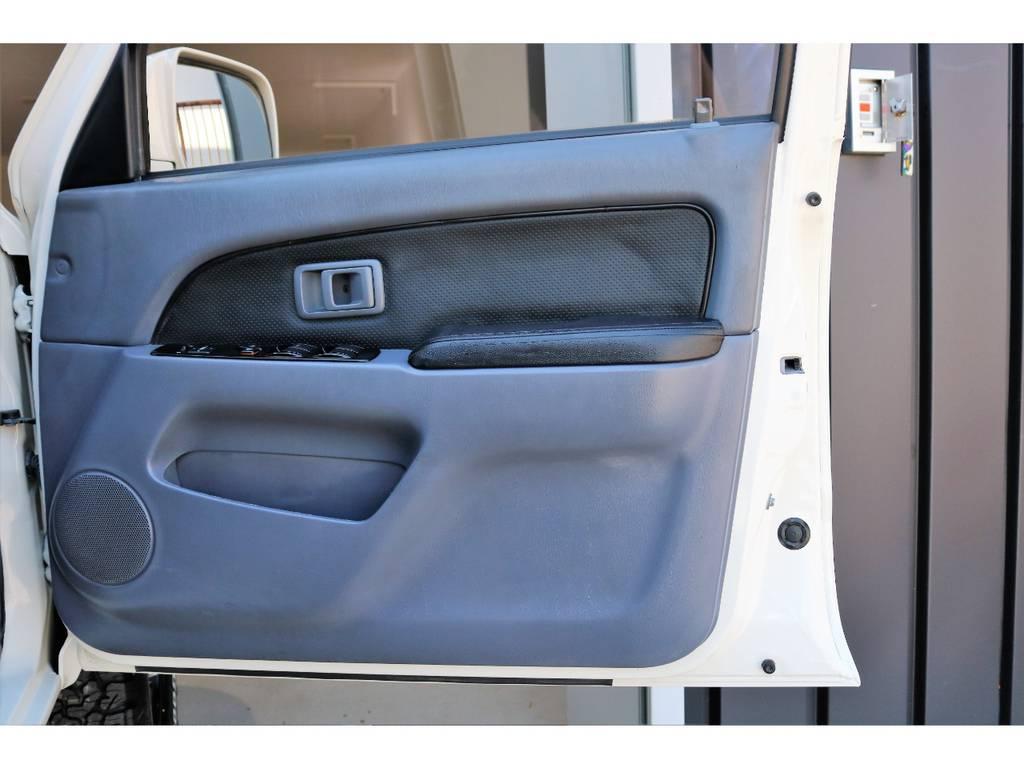ドアパネルに大きなキズなども無くグッドコンディション! | トヨタ ハイラックスサーフ 2.7 SSR-X ワイドボディ 4WD ニューペイント ペッパーホワイト