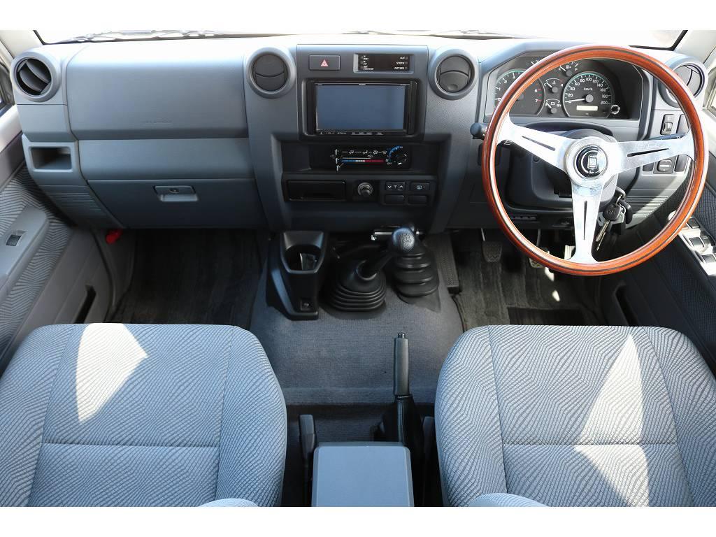 広々したインパネに大きなFガラスで運転視界もグッド! | トヨタ ランドクルーザー70 4.0 4WD 30thアニバーサリー