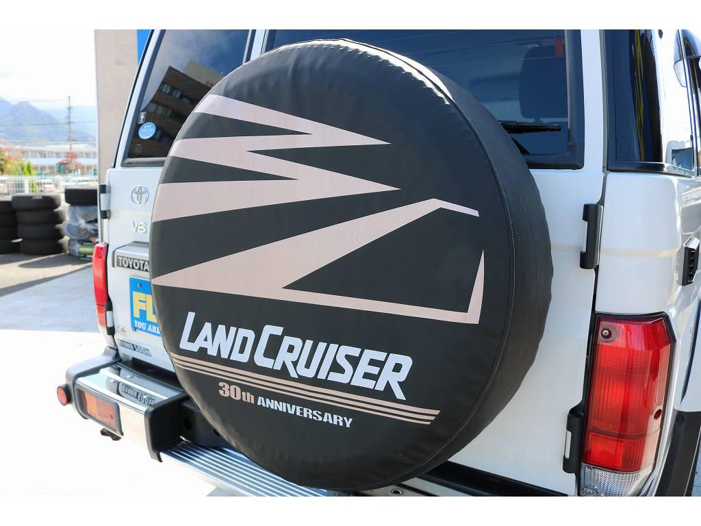 オプション装備の背面カバー付き! | トヨタ ランドクルーザー70 4.0 4WD 30thアニバーサリー