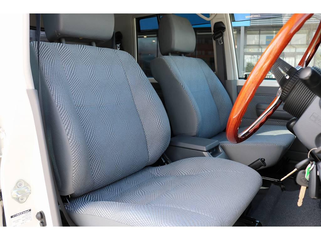 柔らかめなファブリックシート!座り心地もグッド!シートカバーも多種取り扱いございますのでご相談ください。 | トヨタ ランドクルーザー70 4.0 4WD 30thアニバーサリー