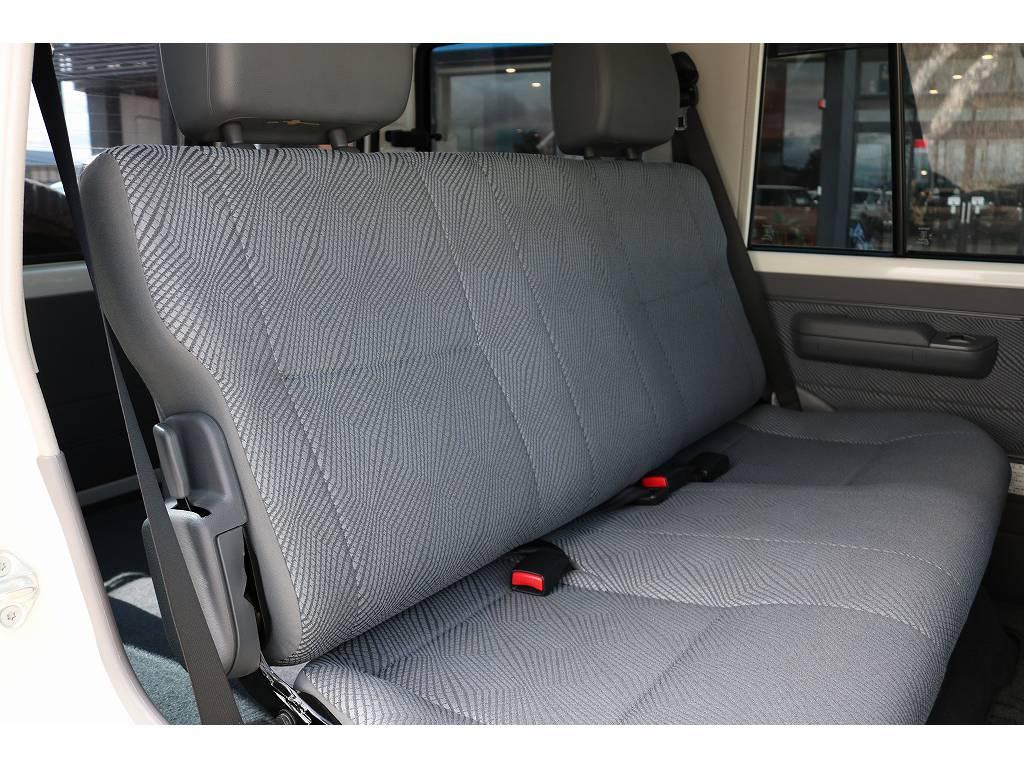 広々したセカンドシート!チャイルドシートも装着可能です! | トヨタ ランドクルーザー70 4.0 4WD 30thアニバーサリー