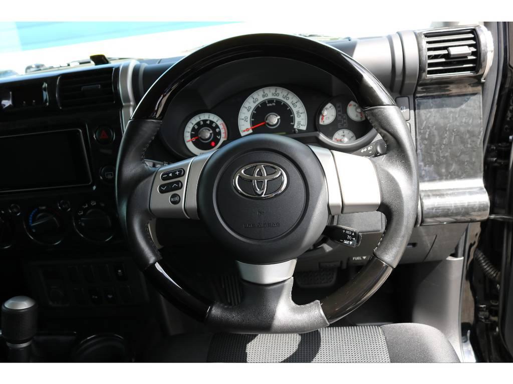 ガングリップハンドルに交換済みですので運転も楽々! | トヨタ FJクルーザー 4.0 カラーパッケージ 4WD 20インチAW HDDナビ