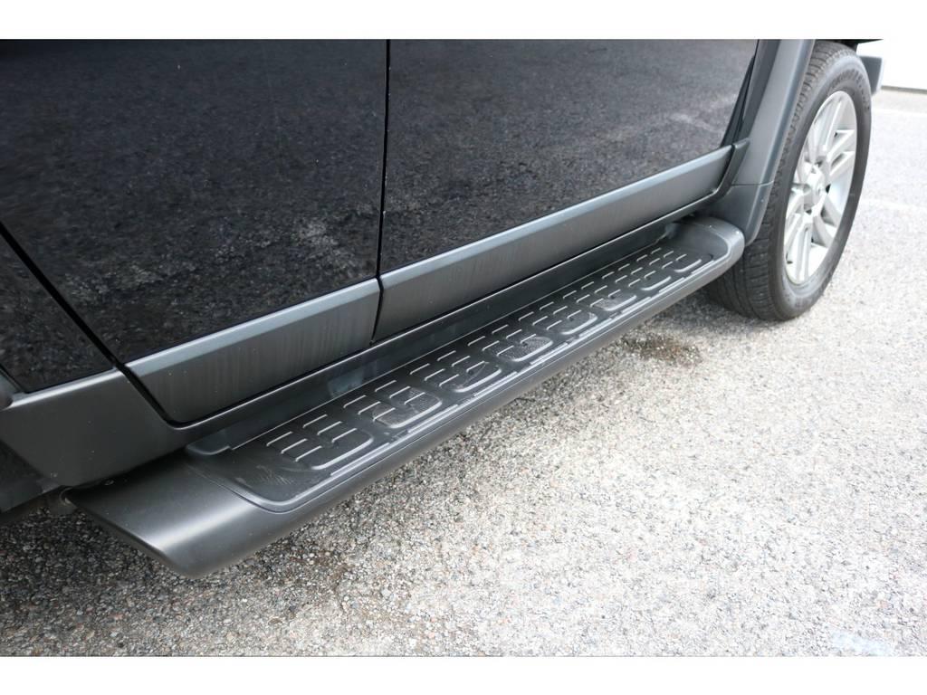 純正サイドステップ付きですので乗り降りも快適! | トヨタ FJクルーザー 4.0 カラーパッケージ 4WD 20インチAW HDDナビ