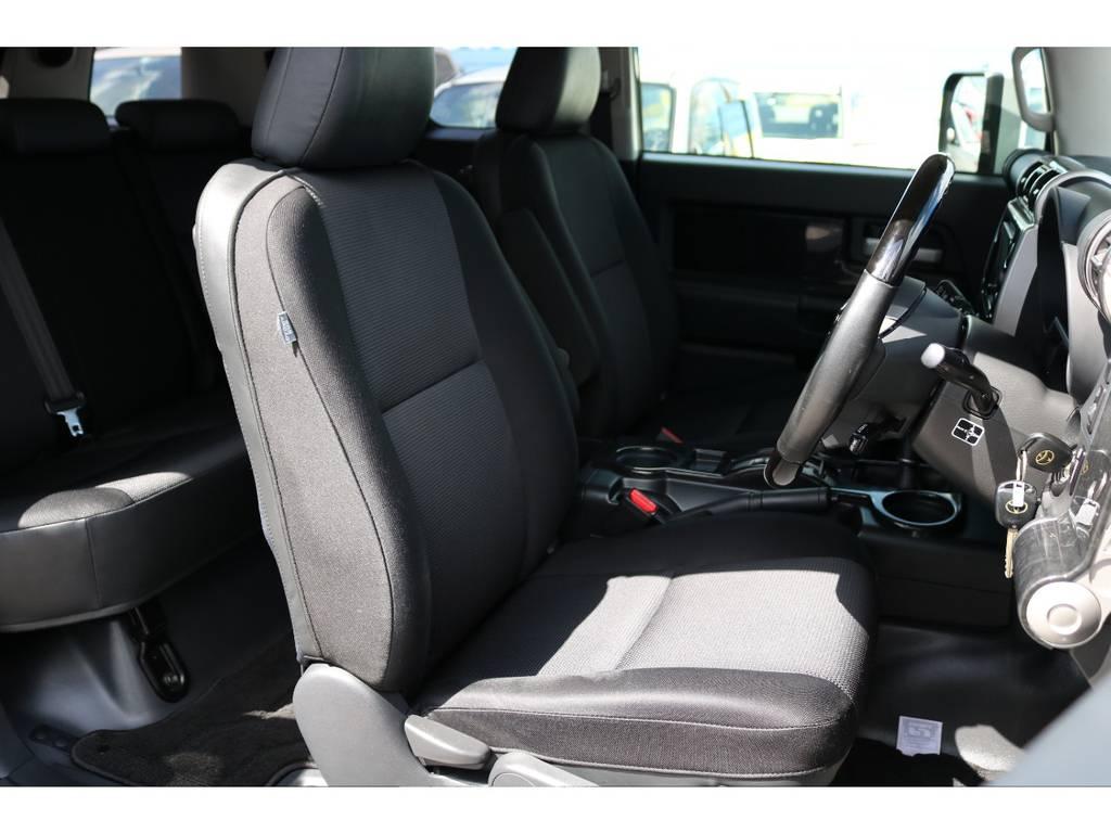 焦げ穴や大きなへたりも無く運転席の状態も良好です!撥水仕様のファブリックシートでアクティブに使えます! | トヨタ FJクルーザー 4.0 カラーパッケージ 4WD 20インチAW HDDナビ
