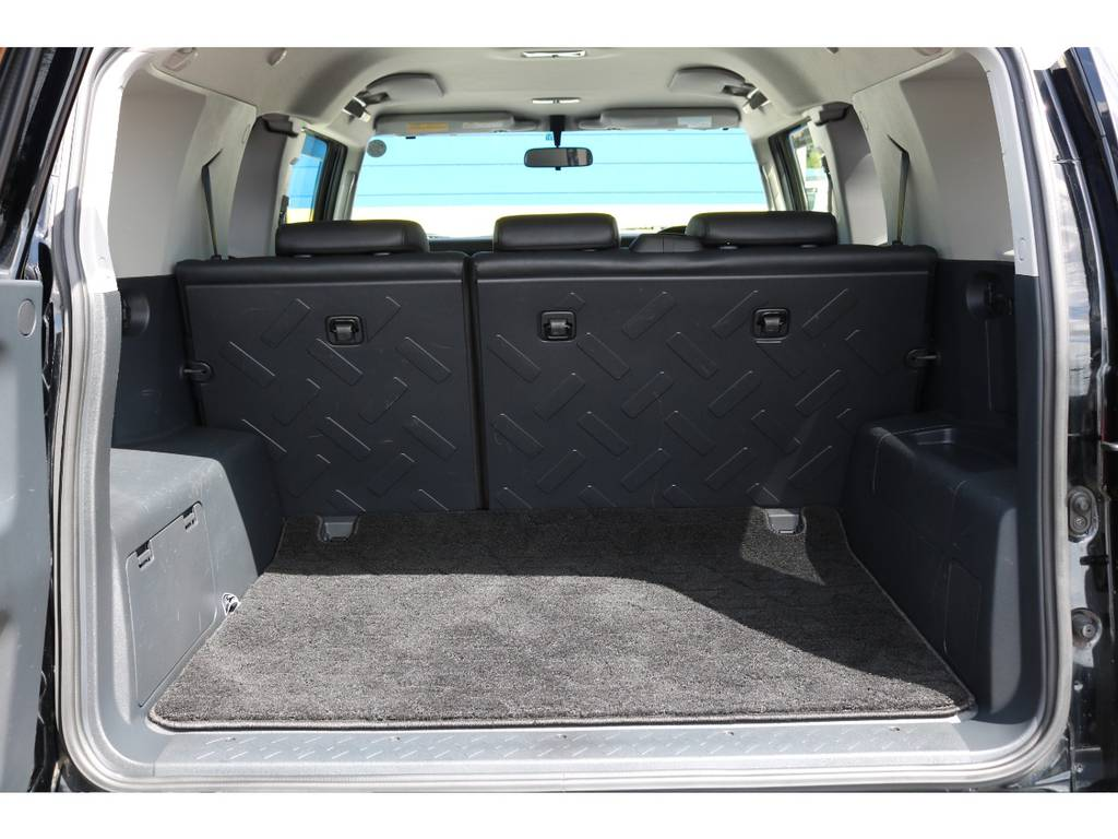使い勝手の良いラゲッジルーム!全面フロア&デッキ防水カーペットがラバー調素材で掃除も楽々! | トヨタ FJクルーザー 4.0 カラーパッケージ 4WD 20インチAW HDDナビ