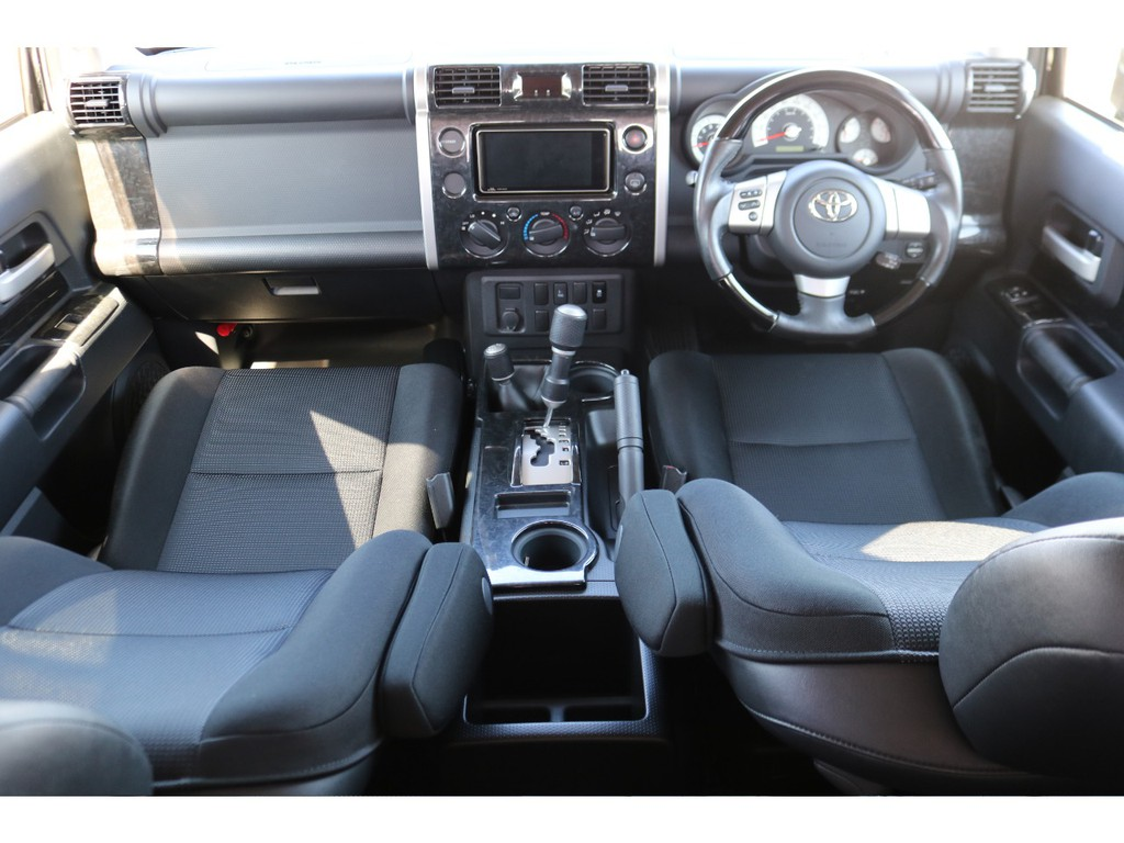 カラーパッケージの車内!ドアパネルもボディーと同色になりますので黒を貴重とした内装になっております!
