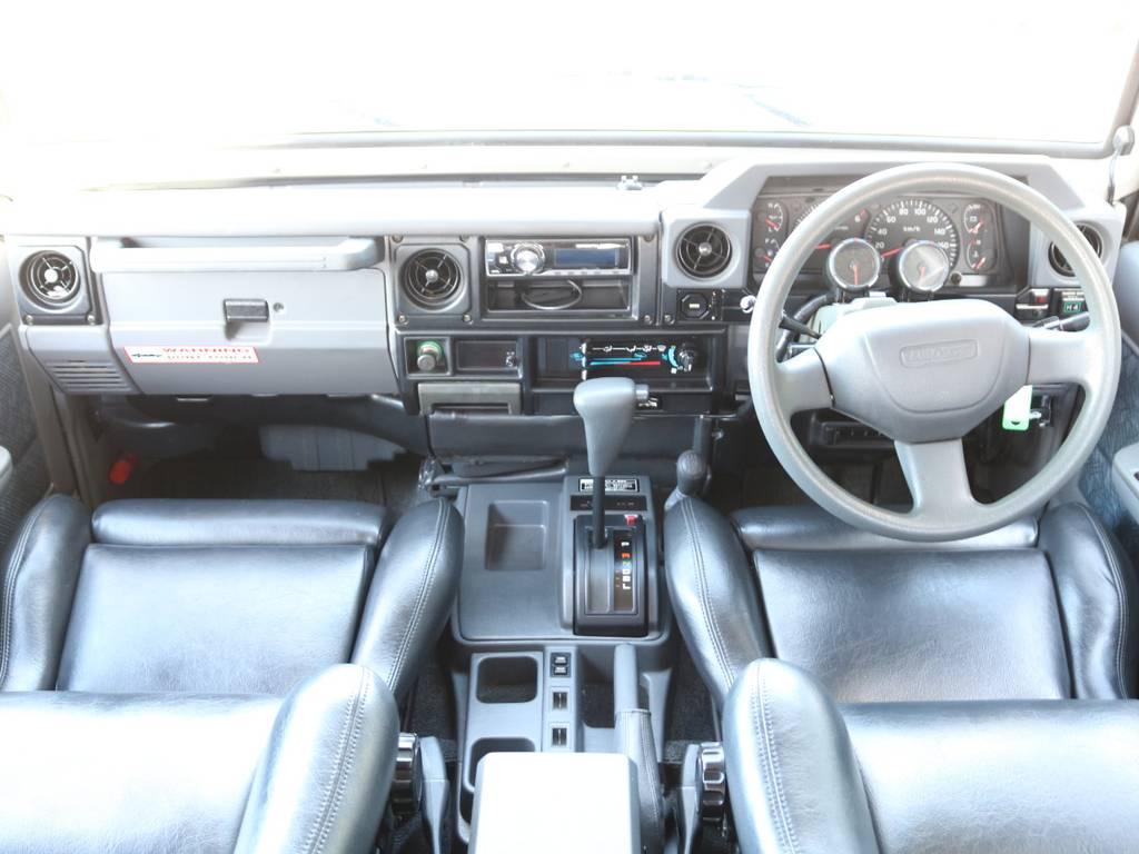 広々したインパネに大きなFガラスで運転視界もグッド!ダッシュボードに割れも無くグッドコンディション! | トヨタ ランドクルーザー70 4.2 ZX FRPトップ ディーゼル 4WD NOX・PM法適合車 2インチUP