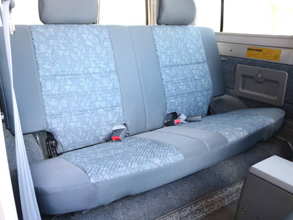 セカンドシートに大きなへたりや傷も無くグッドコンディション! | トヨタ ランドクルーザー70 4.2 ZX FRPトップ ディーゼル 4WD NOX・PM法適合車 2インチUP